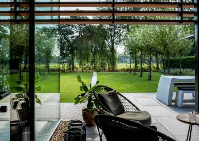 Villa H2 tuin vanuit binnen aanzicht door Tom Kneepkens/Peter Baas