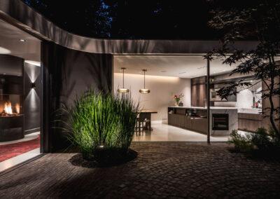 Villa K3 tuin in het donker door Tom Kneepkens/ Peter Baas